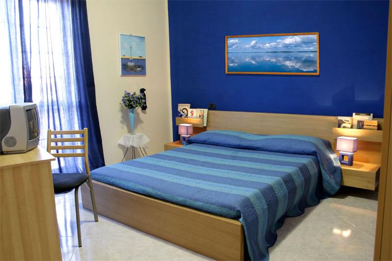 Pareti camere da letto blu idee creative di interni e mobili - Colori x pareti camera da letto ...